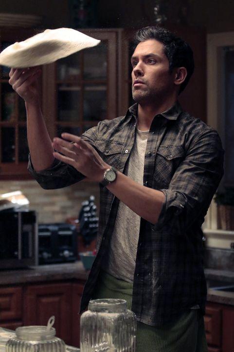 Eigentlich wäre Tony (Neal Bledsoe) der perfekte Mann für Laura, doch auch mit ihrem Ex-Mann Jake verbindet sie viel ... - Bildquelle: 2015 Warner Bros. Entertainment, Inc.