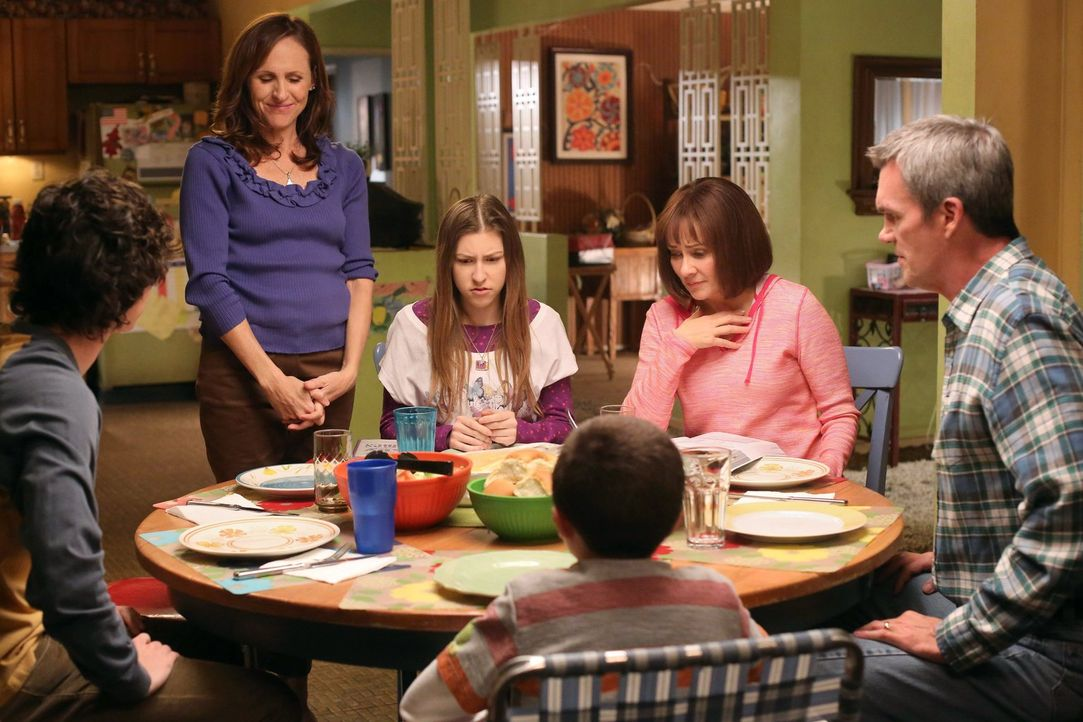 Frankies Schwester Janet (Molly Shannon, 2.v.l.) will Frankie (Patricia Heaton, 2.v.r.) im Haushalt unter die Arme greifen, damit diese in Ruhe für... - Bildquelle: Warner Brothers
