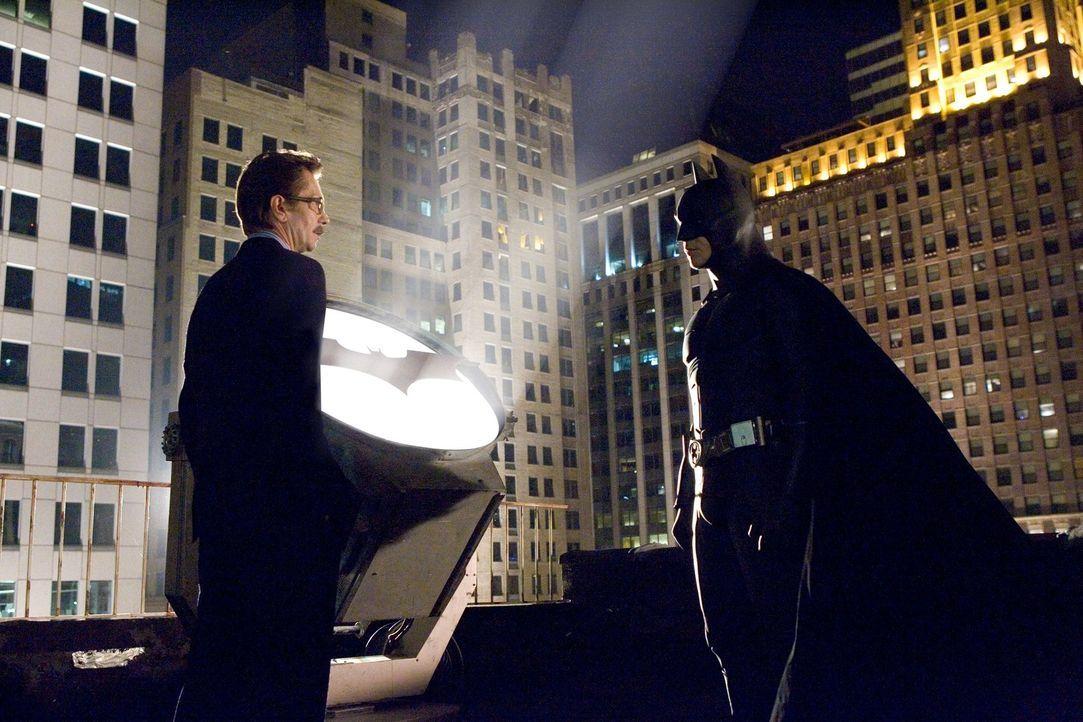 Der Cop Jim Gordon (Gary Oldman, l.) will mit Batman (Christian Bale, r.) kooperieren, doch kann die Fledermaus ihm vertrauen? - Bildquelle: 2005 Warner Brothers