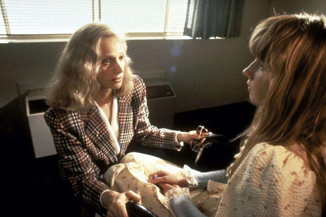 Jennifer (Sondra Locke, l.) und ihre Schwester Elizabeth (Lisa Britt, r.) wurden vor zehn Jahren auf einer Party von mehreren Männern vergewaltigt.... - Bildquelle: Warner Bros.