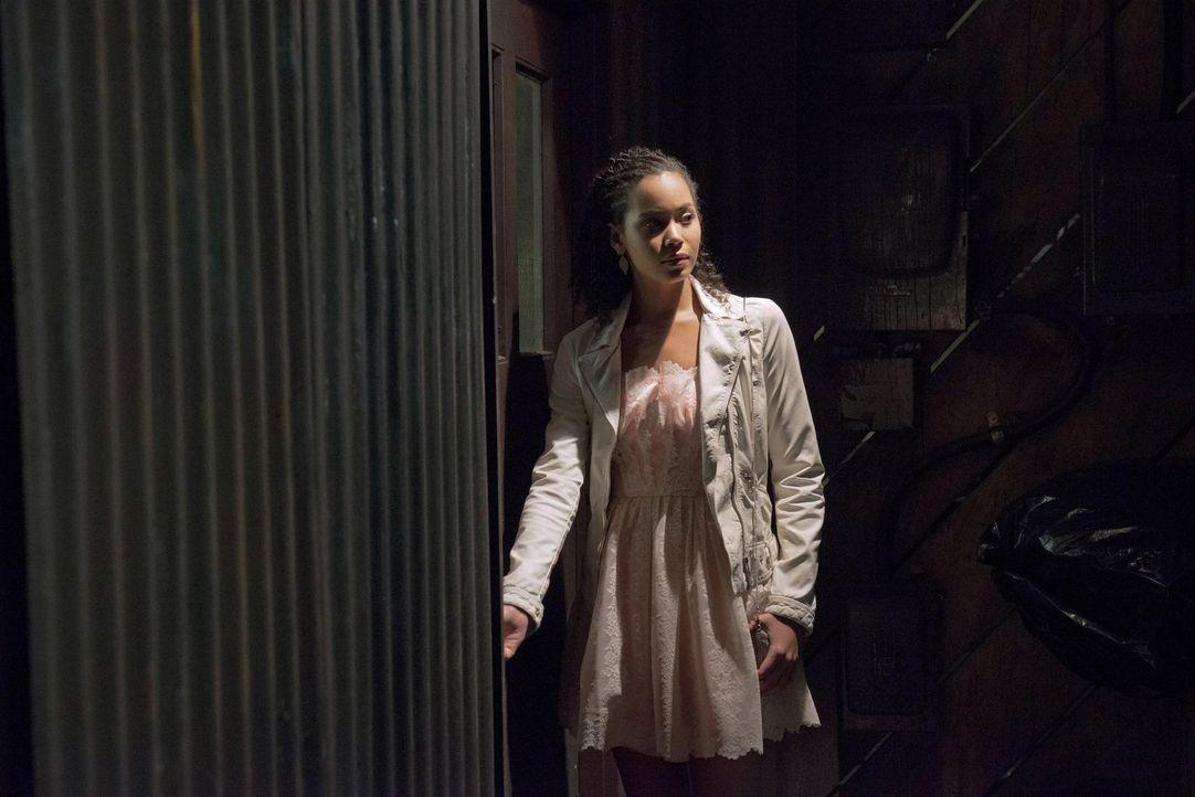Um die Wahrheit herauszufinden, begibt sich Astrid (Madeleine Mantock) in Lebensgefahr ... - Bildquelle: Warner Bros. Entertainment, Inc
