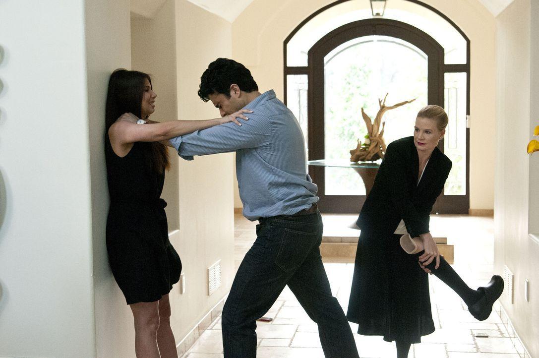 Plötzlich taucht Carmens (Roselyn Sanchez, l.) Ehemann Oscar (Jaime Camil, M.) wieder in ihrem Leben auf und bringt Unruhe hinein. Doch Hilfe von Sa... - Bildquelle: ABC Studios