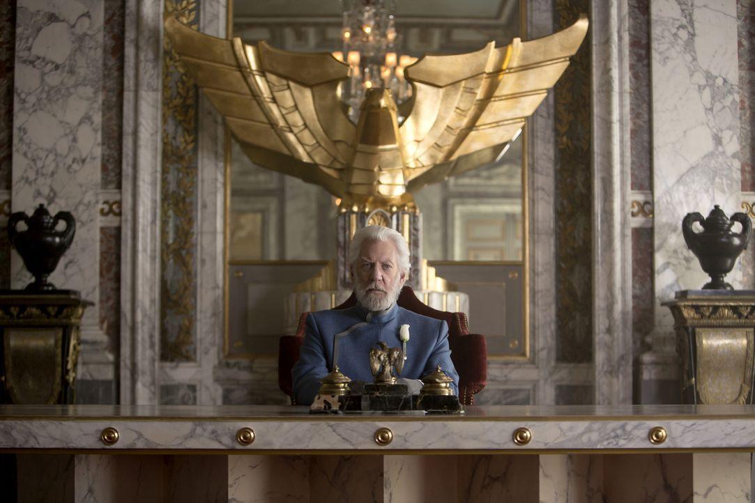 Der skrupellose Präsident Snow (Donald Sutherland) schreckt vor nichts zurück. Menschenleben sind für ihn wertlos. Wer sich gegen ihn stellt, wird a... - Bildquelle: Murray Close TM &   2014 Lions Gate Entertainment Inc. All rights reserved.