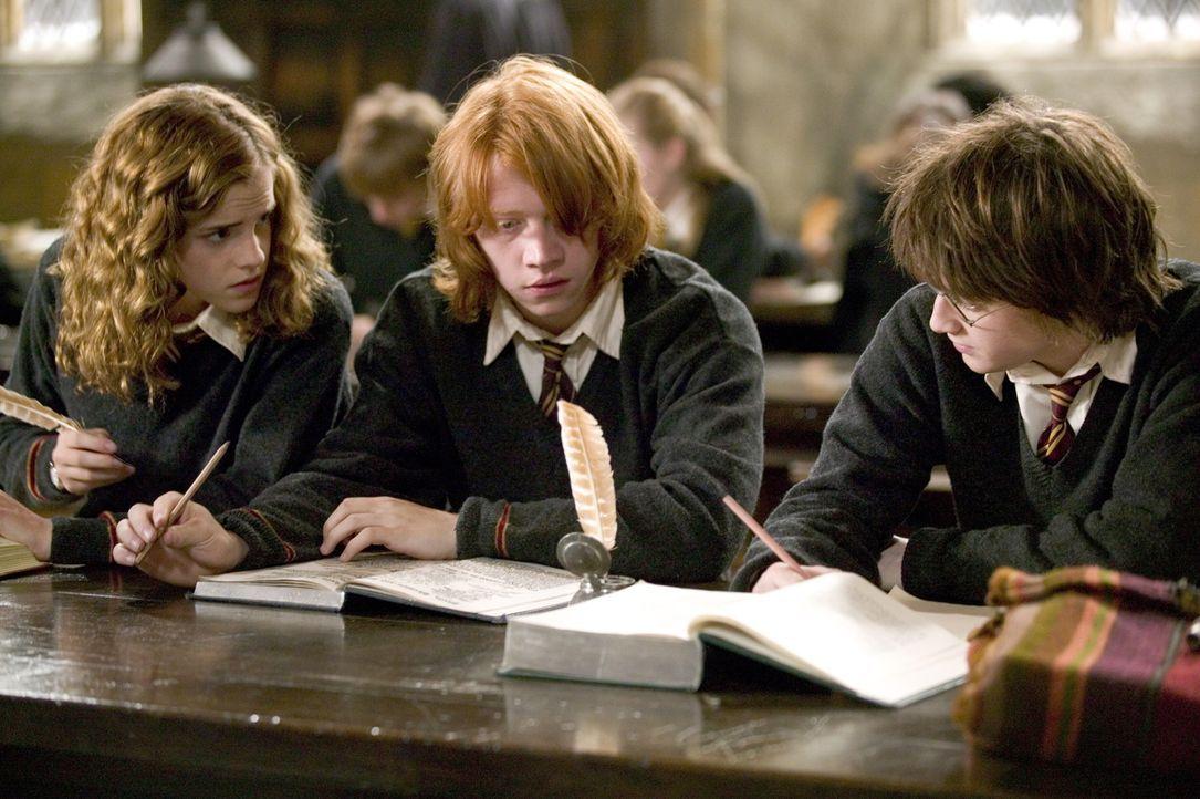 Im vierten Jahr plagen die Zauberschüler (v.l.n.r.: Emma Watson, Rupert Grint, Daniel Radcliffe) gewaltige Sorgen. Harry soll, obwohl eigentlich noc... - Bildquelle: 2005 Warner Bros. Ent. Harry Potter Publishing Rights. J.K.R.