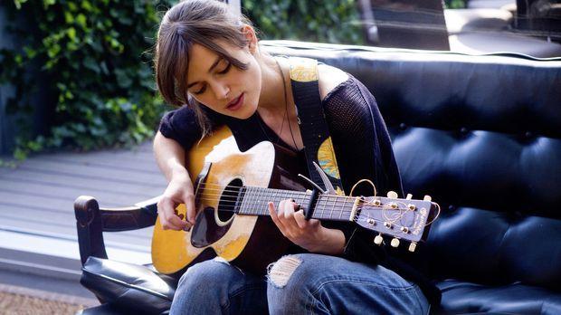 Möchte ihre Musikkarriere in Gang bringen und geht deswegen nach New York. Do...