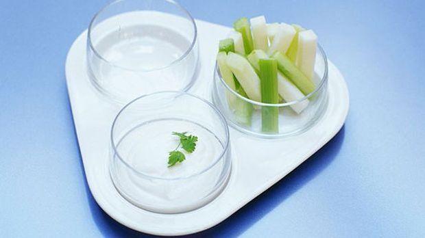 Joghurt-Dip mit Stangensellerie im Schälchen