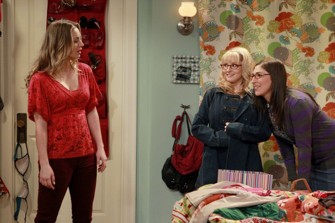 Während sich Leonard, unterstützt von Sheldon, Howard und Raj auf den Weg macht, sich mit Jimmy zu treffen, erkennt Penny (Kaley Cuoco, l.), dass si... - Bildquelle: Warner Bros. Television