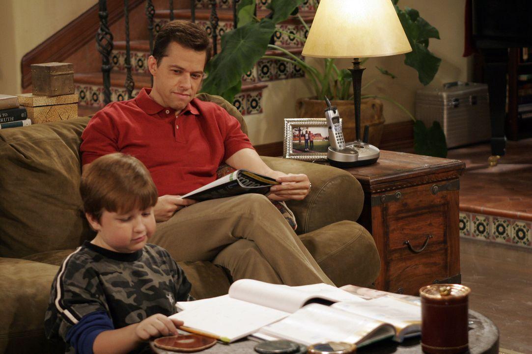 Alan (Jon Cryer, r.) sorgt dafür, dass Jakes (Angus T. Jones, l.) schulische Leistungen wieder besser werden ... - Bildquelle: Warner Brothers Entertainment Inc.
