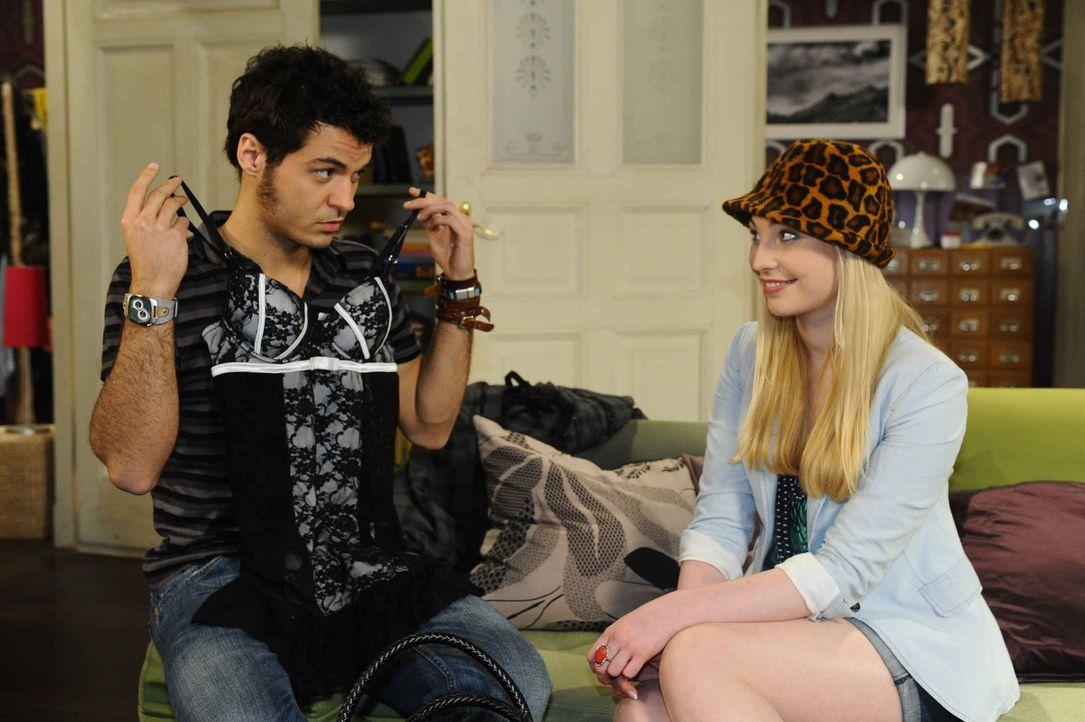 Barbie (Anna Juliana Kletzmayr, r.) versucht sich weiter an Maik (Sebastian König, l.) heranzumachen ... - Bildquelle: SAT.1