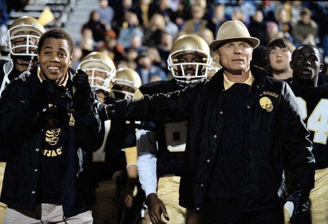 Coach Jones (Ed Harris, r.) nimmt sich des geistig behinderten James Robert Kennedy (Cuba Gooding jr., l.) an und macht ihn zu einem Bestandteil sei... - Bildquelle: 2004 Sony Pictures Television International. All Rights Reserved.