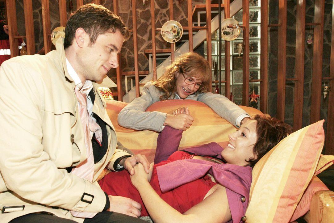Max (Alexander Sternberg, l.) und Lisa (Alexandra Neldel, M.) sind froh, dass es Yvonne (Bärbel Schleker, r.) wieder besser geht. (Dieses Foto von... - Bildquelle: Noreen Flynn Sat.1