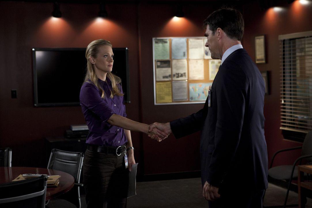 Wird JJ (A.J. Cook, l.) das Team von Hotch (Thomas Gibson, r.) verlassen und das Angebot im Pentagon zu arbeiten annehmen? - Bildquelle: Touchstone Television