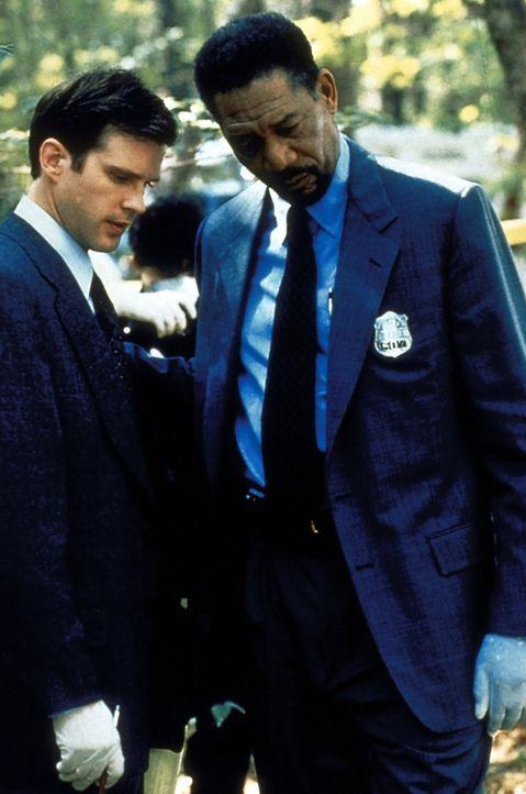 Welche Rolle spielt der ermittelnde Beamte Nick Ruskin (Cary Elwes, l.)? Der Polizeipsychologe Alex Cross (Morgan Freeman, r.) weiß nicht, wie er d... - Bildquelle: Paramount Pictures
