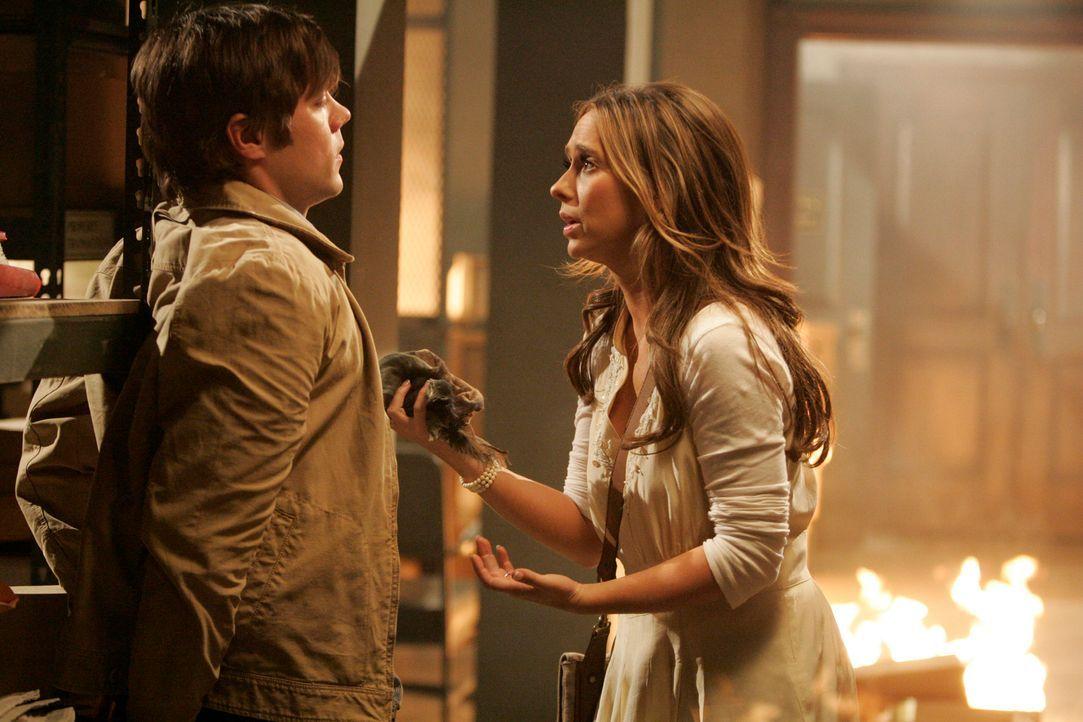 Damit endlich alles an Licht kommt und Fiona ihm verzeiht, legt Christian (Russell Sams, l.) ein Feuer. Melinda (Jennifer Love Hewitt, r.) macht ihm... - Bildquelle: ABC Studios
