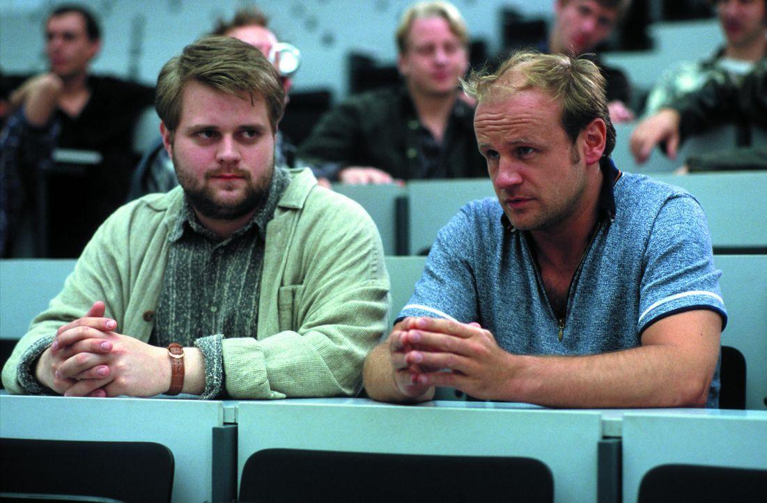 4000 Mark für zwei Wochen: Auch Bosch (Antoine Monot jr., l.) und Schütte (Oliver Stokowski, r.) interessieren sich für das von einer Universität au... - Bildquelle: SENATOR FILM Alle Rechte vorbehalten