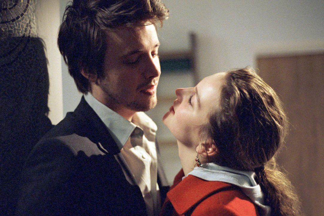 Lara (Jana Klinge, r.) ist sich sicher, in Chris (Arne Lenk, l.) die große Liebe gefunden zu haben. Doch Chris spielt nicht mit offenen Karten. - Bildquelle: Fabian Rösler Sat.1