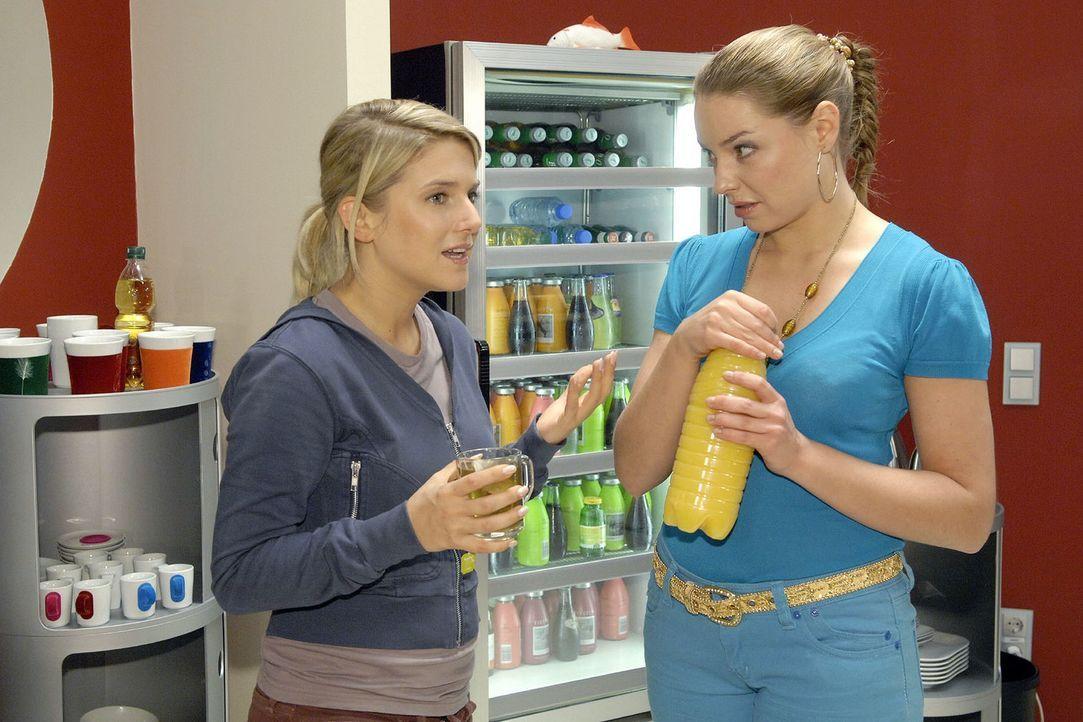Anna (Jeanette Biedermann, l.) empört sich über Katjas  (Karolina Lodyga, r.) Verhalten. - Bildquelle: Claudius Pflug Sat.1