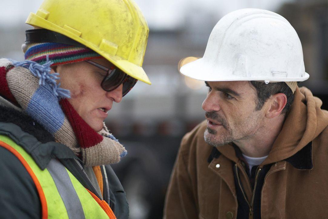 Paul Carter (Michael Kelly) versucht alles, um Arthur ((Woody Harrelson) zu helfen. Doch dieser ist überzeugt, ein Superheld zu sein, der Captain I... - Bildquelle: 2009 Darius Films Inc. All Rights Reserved.