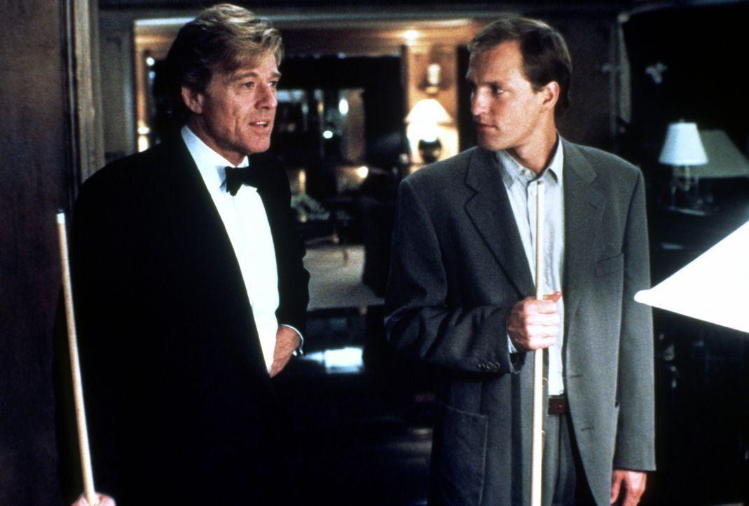 Der Milliardär John Gage (Robert Redford, l.) macht dem arbeitslosen, verschuldeten David (Woody Harrelson, r.) ein Angebot ... - Bildquelle: Paramount Pictures