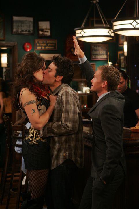 Ted (Josh Radnor, M.) kann es nicht fassen, dass Robin einen neuen Freund hat. Um nicht als Verlierer dazustehen, geht er mit Barney (Neil Patrick H... - Bildquelle: 20th Century Fox International Television