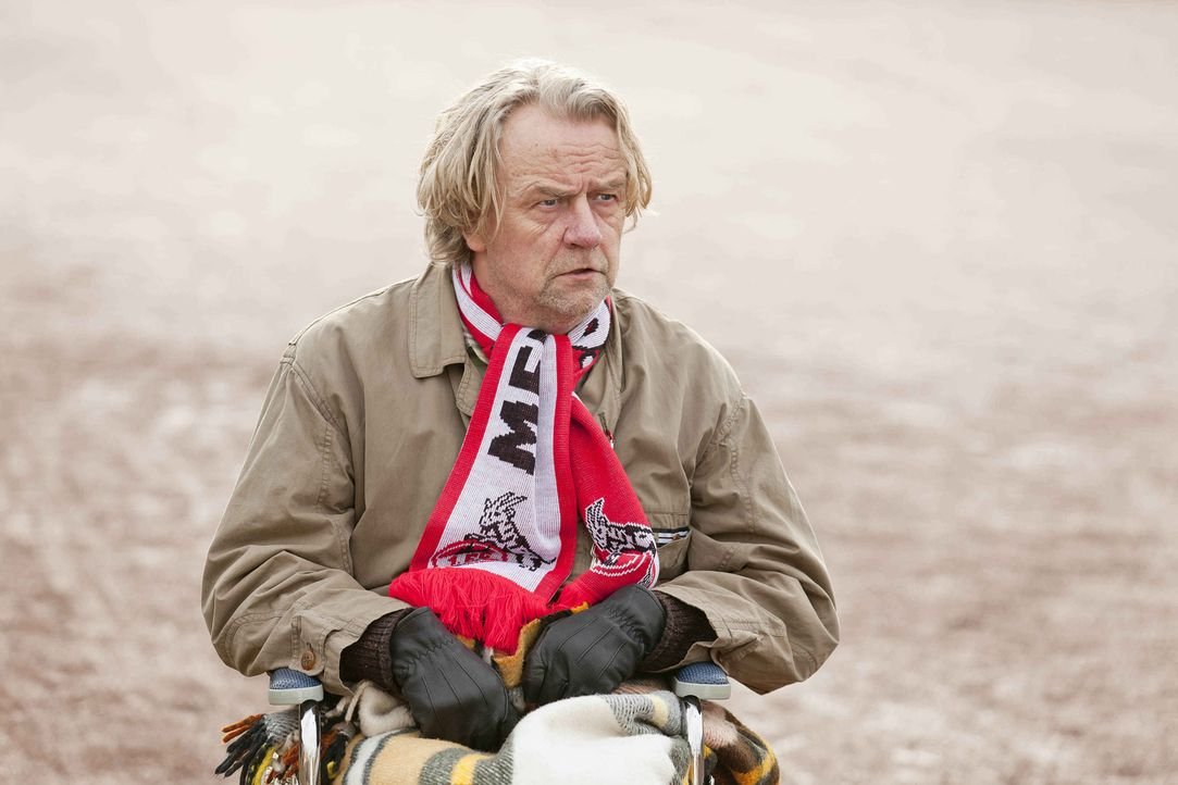 Während die Vorbereitungen für das hoch spannende Fußballspiel auf Hochtouren laufen und Kurt (Axel Siefer) seine alten FC-Verbindungen spielen läss... - Bildquelle: Frank Dicks SAT.1