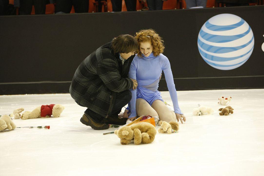Obwohl Lexi (Taylor Firth, r.) erblindet ist, gelingt es ihr mit Hilfe ihres Freundes Nick (Rob Mayes, l.) aufs Eis zurückkehren zu können und gro... - Bildquelle: 2010 Stage 6 Films, Inc. All Rights Reserved.
