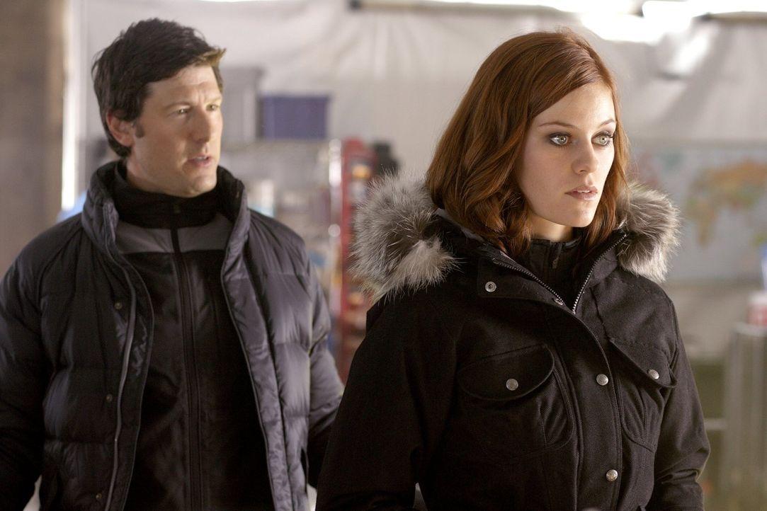 Bei der Suche nach Lex trifft die neue Luthor-Chefin Tess (Cassidy Freeman, r.) auf den ehemaligen Chef-Bodyguard Ryan (Ari Cohen, l.) ... - Bildquelle: Warner Bros.