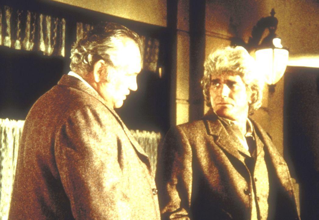 Charles Ingalls (Michael Landon, r.) versucht, den Ladenbesitzer Mr. Gibson (Claude Earl Jones, l.) zu überreden, seine Diebstahlanzeige gegen Albe... - Bildquelle: Worldvision