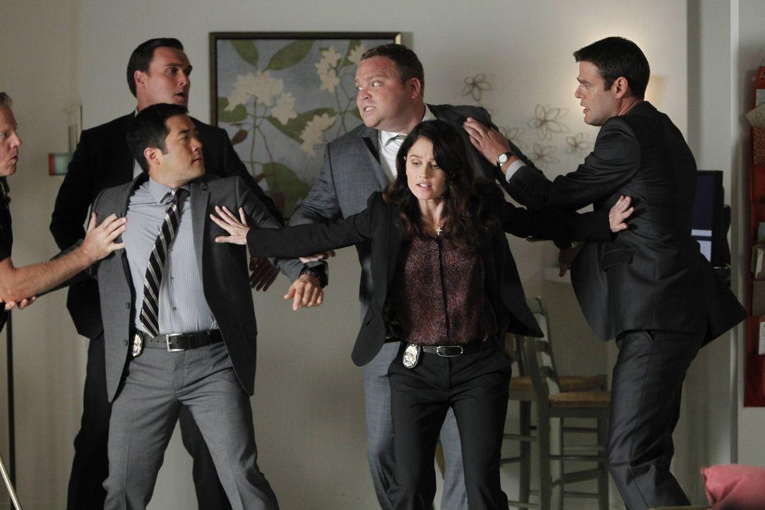 Bei der Aufklärung eines Mordfalles gerät das CBI-Team mit den Leuten vom FBI aneinander: Wayne (Owain Yeoman, 2.v.l.), Kimball (Tim Kang, 3.v.l.)... - Bildquelle: Warner Bros. Television