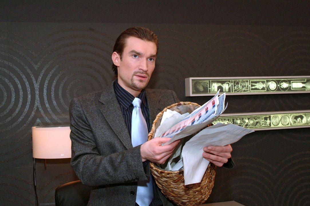 Entsetzt durchwühlt Richard (Karim Köster) Davids Papierkorb, um zu erfahren, wie - und ob - sein Konkurrent für die Präsentation vorbereitet ist. E... - Bildquelle: Monika Schürle Sat.1