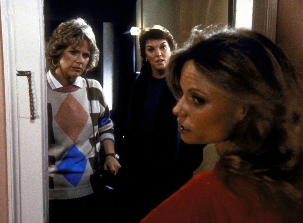 Cagney (Sharon Gless, l.) und Lacey (Tyne Daly, M.) befragen die Sexfilm-Schauspielerin (Kay Lenz). - Bildquelle: ORION PICTURES CORPORATION. ALL RIGHTS RESERVED.