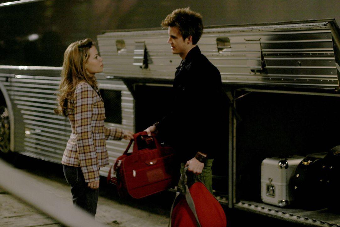 Haley (Bethany Joy Galeotti, l.) entscheidet sich, Nathan zu verlassen und mit Chris (Tyler Hilton, r.) mitzugehen ... - Bildquelle: Warner Bros. Pictures