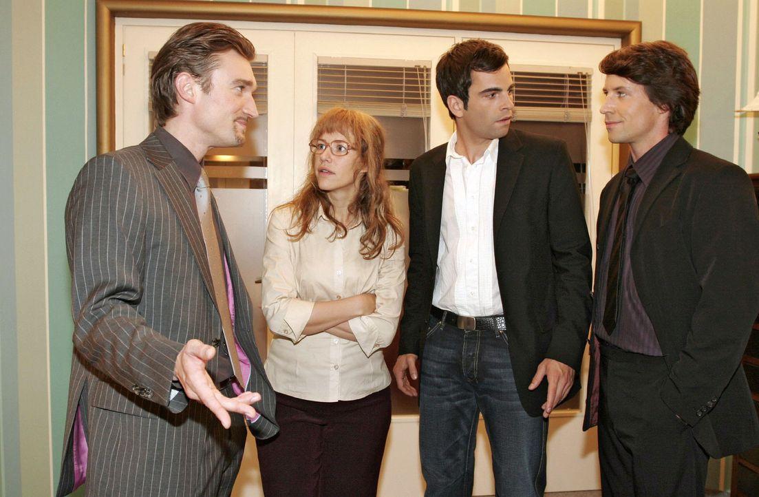 Richard (Karim Köster, l.) und Viktor (Roman Rossa, r.) haben schlechte Nachrichten für Lisa (Alexandra Neldel, 2.v.l.) und David (Mathis Künzler, 2... - Bildquelle: Noreen Flynn Sat.1