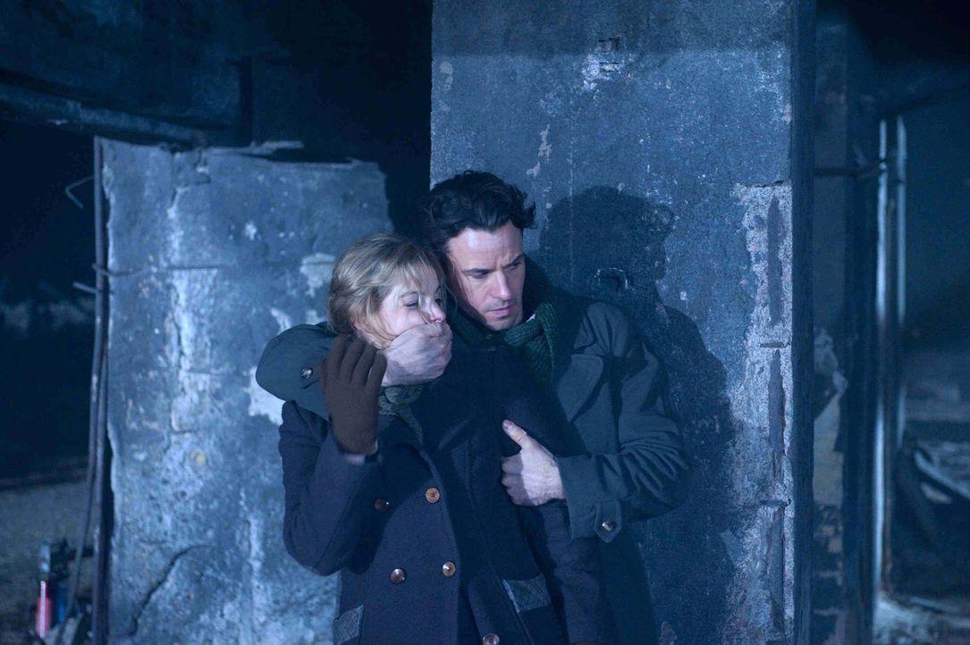Auf der Flucht vor einer Patrouille bekommt Widerstandskämpferin Ellen (Yvonne Catterfeld, l.) unerwartet Hilfe. Aus den Katakomben der zerstörten S... - Bildquelle: Nicolas Maack SAT.1
