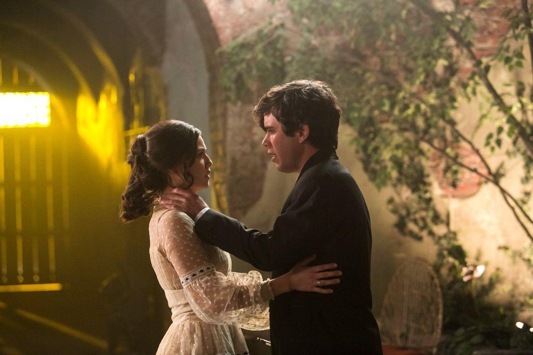 Der ahnungslose Tim (Shanes Coffey, r.) gerät durch Davina (Danielle Campbell, l.) immer wieder in Gefahr ... - Bildquelle: Warner Bros. Television