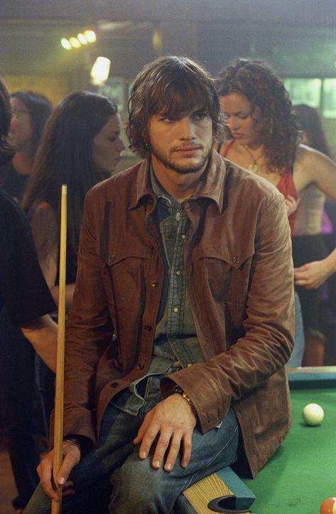 Nachdem sich seine Jugendfreundin umgebracht hat, nimmt sich Evan (Ashton Kutcher) seine Tagebücher noch einmal vor  - und startet ein überaus gew... - Bildquelle: Warner Brothers