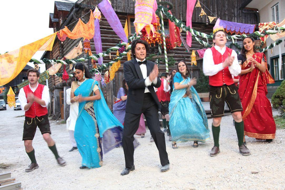 Bollywood kommt in die Berge: Schon bald gelingt es dem Bollywoodfilmstar Amit (Omar El-Saeidi, 3.v.l.) und seiner exotischen Truppe, die skeptische... - Bildquelle: SAT. 1