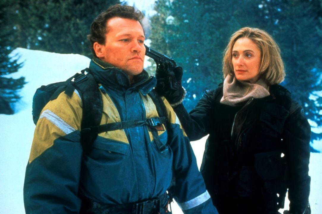 Bergführer Hal Tucker (Michael Rooker, l.) wird von Kristel (Caroline Goodall, r.), der Freundin des Gangsterbosses, in Schach gehalten ... - Bildquelle: 1993 Cliffhanger B.V. All Rights Reserved.