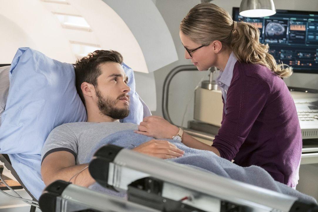 Während Kara (Melissa Benoist, r.) einfach nur glücklich ist, Mon-El (Chris Wood, l.) zurückzuhaben, versucht Sam, ihren seltsamen Veränderungen auf... - Bildquelle: 2017 Warner Bros.