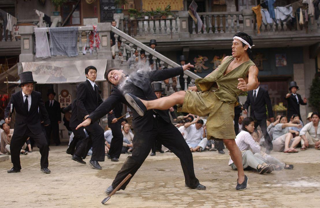 Sing ( Stephen Chow, r.) findet heraus, dass er über ungeahnte Kräfte verfügt, die ihn zum größten Kung-Fu-Meister aller Zeiten werden lassen k... - Bildquelle: 2004 Columbia Pictures Film Production Asia Limited. All Rights Reserved.