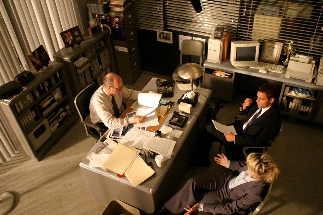 Chris Lassing (Justin Chambers, hinten r.) und Det. Lilly Rush (Kathryn Morris, vorne r.) unterhalten sich mit Lt. John Stillman (John Finn, l.) üb... - Bildquelle: Warner Bros. Television