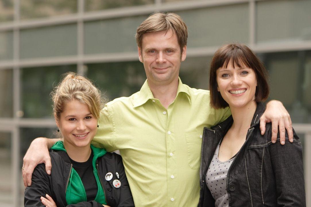 Bruder Hagen (Matthias Matschke, M.) mit seiner Tochter Kim (Christina Do Rego, l.) und seiner Freundin und Nachbarin Svenja Bruck (Bettina Lamprech... - Bildquelle: Frank Hempel Sat.1
