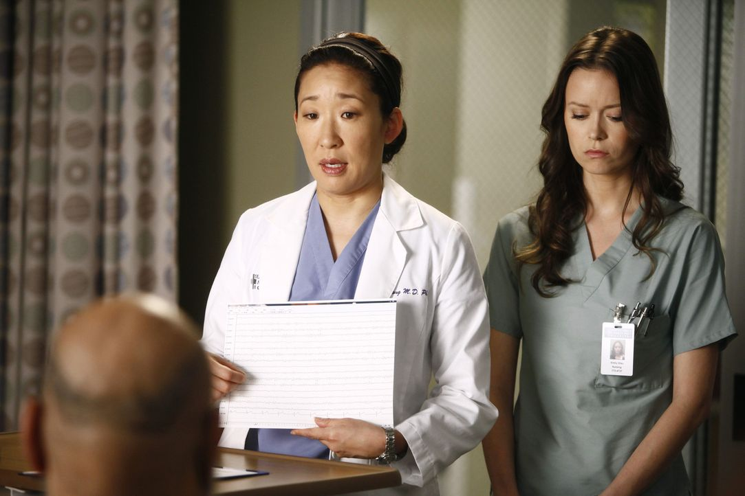 Während Cristina (Sandra Oh, M.) versucht, Sam (James Avers, l.) mit Fakten zu überzeugen, dass die lebenserhaltenden Maschinen von seinem Ehemann... - Bildquelle: ABC Studios