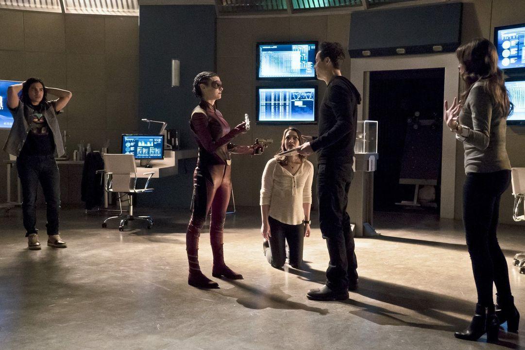 Eliza alias Trajectory (Allison Paige, 2.v.l.) stattet Cisco (Carlos Valdes, l.), Jesse (Violett Beane, M.), Dr. Wells (Tom Cavanagh, 2.v.r.) und Ca... - Bildquelle: Warner Bros. Entertainment, Inc.