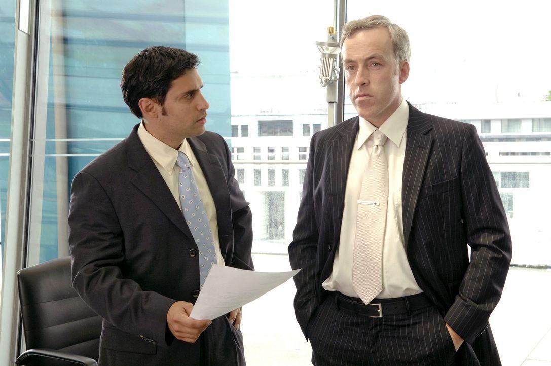 In der Konzernzentrale haben der Pressechef Lance (John Keogh, r.) und sein Mitarbeiter Dr. Brill (René Ifrah, l.) unterdessen erfahren, dass Oliver... - Bildquelle: Claudius Pflug Sat.1
