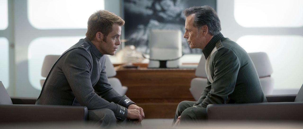 Als Captain Kirk (Chris Pine, l.), um Spock zu retten, die Enterprise vor Bewohnern eines fremden Planeten enttarnen muss, verstößt er gegen die obe... - Bildquelle: Jaimie Trueblood 2013 Paramount Pictures.  All Rights Reserved.
