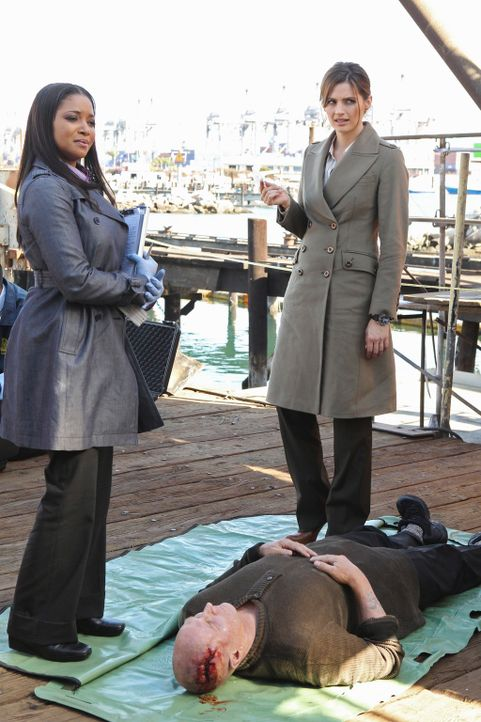 Ein Angler hat eine Leiche aus dem East River gefischt. Ein Fall für Lanie Parish (Tamala Jones, l.) und Kate Beckett (Stana Katic, r.). - Bildquelle: 2010 American Broadcasting Companies, Inc. All rights reserved.