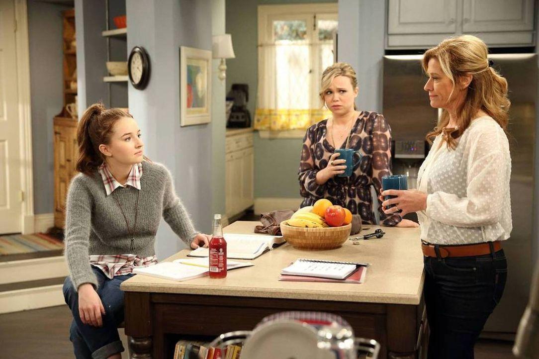 Noch sind Vanessa (Nancy Travis, r.), Eve (Kaitlyn Dever, l.) und Kristin (Amanda Fuller, M.) begeistert von Eves Modeprojekt ... - Bildquelle: 2013-2014 Twentieth Century Fox Film Corporation. All rights reserved.