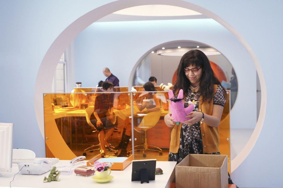 Betty (America Ferrera) richtet sich ihren Arbeitsplatz gemütlich ein ... - Bildquelle: Buena Vista International Television