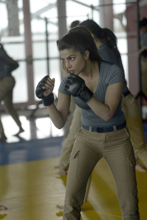 Um fit zu sein, müssen sich die Rekruten um Alex (Priyanka Chopra) einigen Aufgaben stellen ... - Bildquelle: Philippe Bosse 2015 ABC Studios